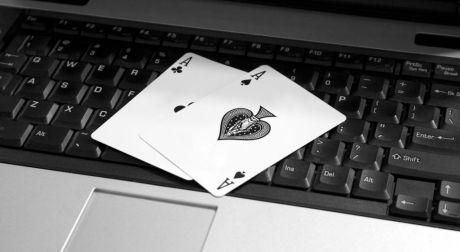 Dos-cartas-de-póker-encima-de-un-teclado1